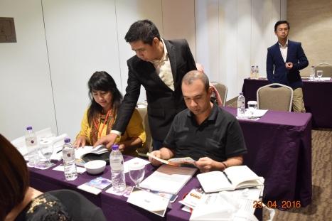Agus membawakan workshop Bacakilat | Copyright: Aquarius Learning