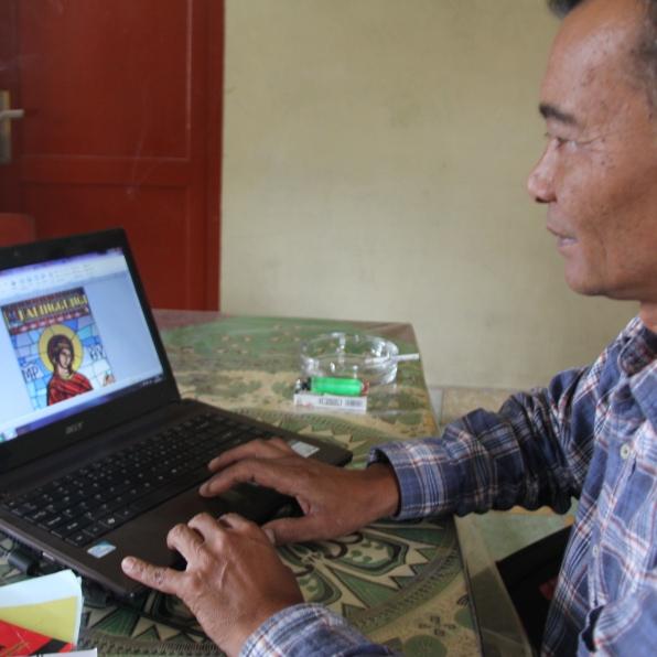 Betlehem Ketaren tengah menyunting majalah Ralinggungi (Copyright: Komsos KAM)