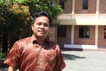 bapa Heri Sinaga diabadikan di lapangan sekolah Yayasan Deli Murni - Bandar Baru (Copyright: Komsos KAM)