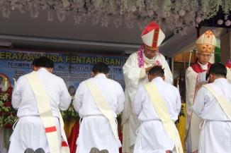 Mgr Anicetus dan Mgr Pius Menumpangkan Bertkat serta Doa bagi Imam Baru (Copyright: Komsos KAM)