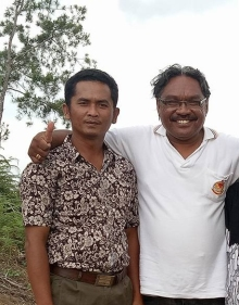 John Sitohang bersama Pastor Paroki Tarutung RD Marianus Kedang