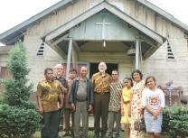 apak Barus (ketiga dari kiri) bersama Pastor Leo Joosten dan beberapa umat (Copyright: Komsos KAM)