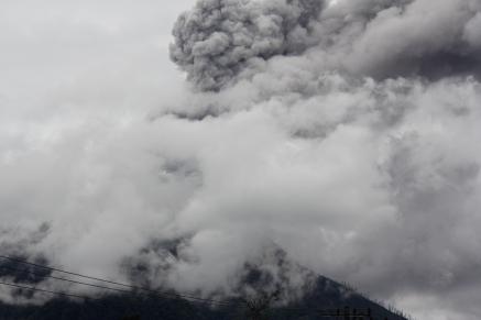 Gunung Sinabung diabadikan saat erupsi, Minggu (12/11/2017), dari beranda gereja Stasi Batukarang (Copyright: Komsos KAM)
