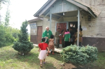 Pastor Leo Joosten menyambut umat yang hendak beribadah (Copyright: Komsos KAM)