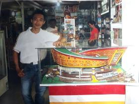 Bapa Hengky berpose di samping miniatur Museum Tsunami Aceh