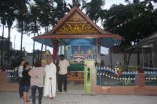 Pater James menyapa umat yang mengunjungi Velangkanni dengan latar Taman Maranata
