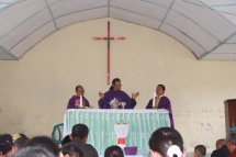 Pastor Monang Pastor Nampak dan Romo Santo mempersembahkan misa penutupan rekoleksi keluarga di Stasi Lae Itam
