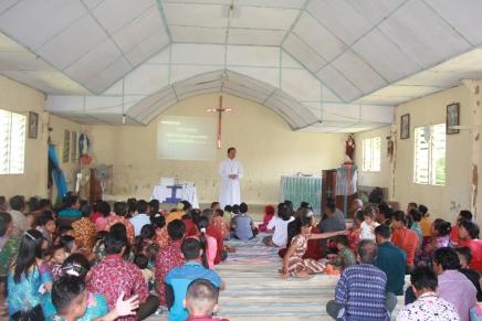 Pastor Nampak Membawakan Presentasi dalam Seminar Rekoleksi