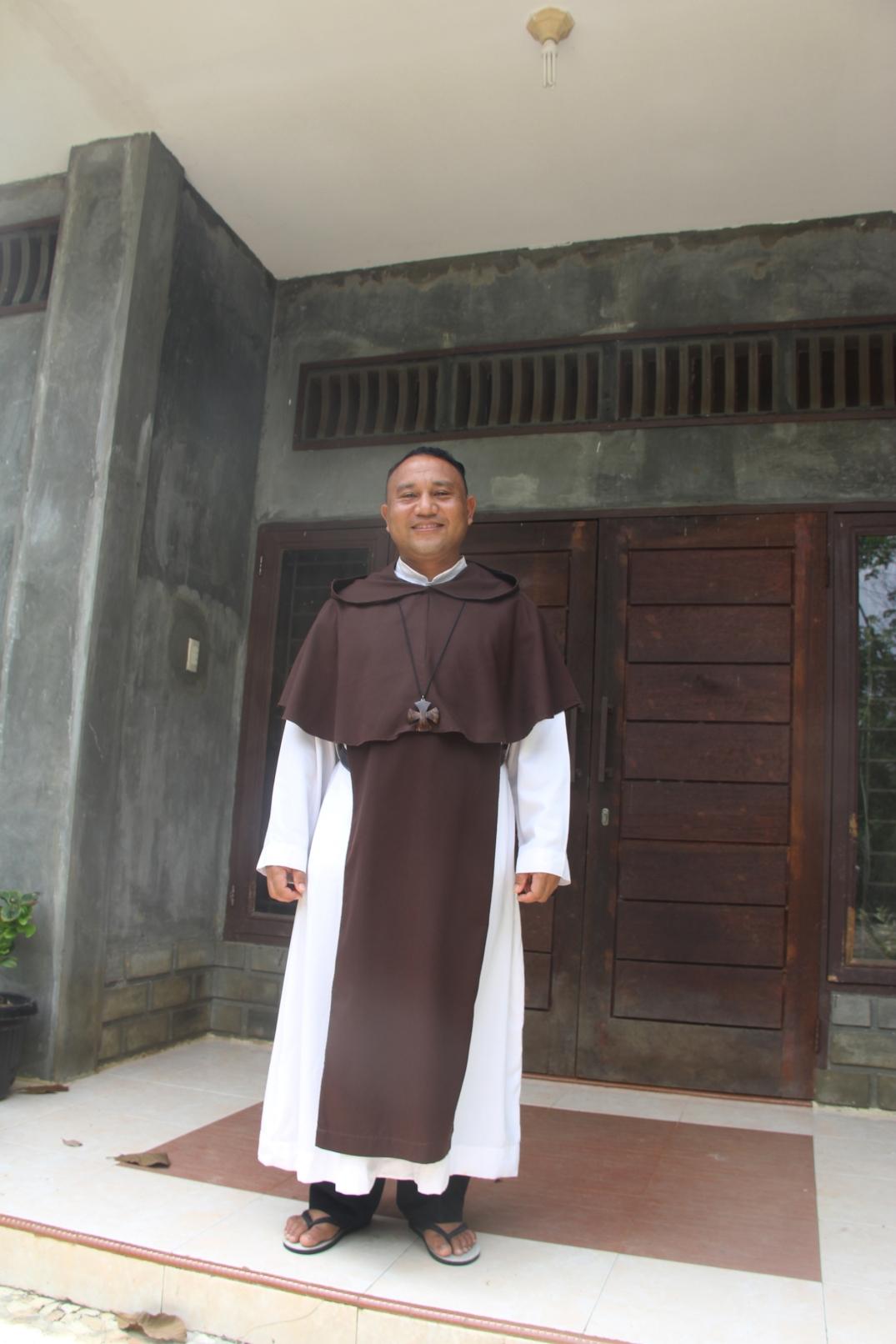 Fr. Flavianus di depan biara CSE di Talun Kenas (Copyright: Komsos KAM)