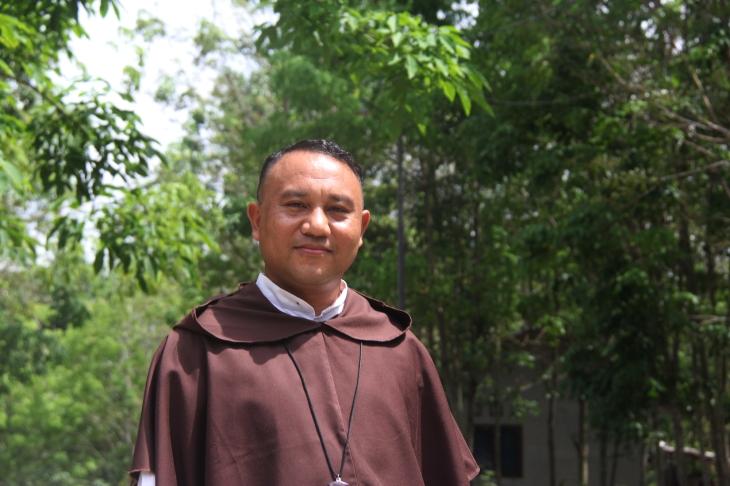 Fr. Flavianus diabadikan di Pertapaan Karmel - Talun Kenas
