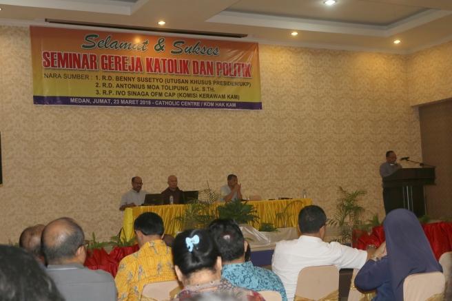 RD Benno Ola Tage membuka sesi seminar di samping RD Anton Moa RP Ivo Sinaga dan RD Benny Susetyo