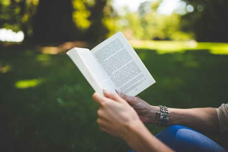pexels-photo-membaca buku 1