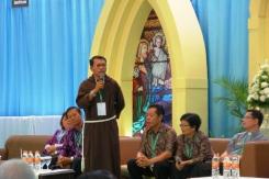 Pastor Ivan (berdiri) di samping orangtua dan adiknya, RD Fernandus Saragih