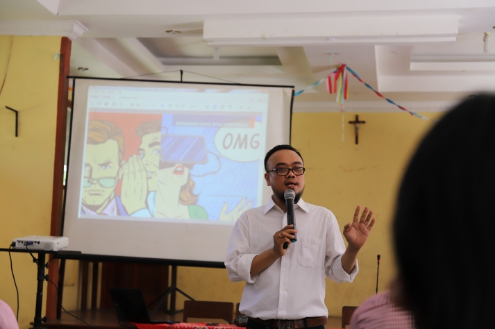 Ananta Bangun memberikan presentasi