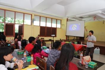 Jansudin Saragih menyajikan presentasi tentang One Minute Talk