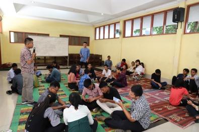 Peserta OMK praktik OMT dalam kelompok