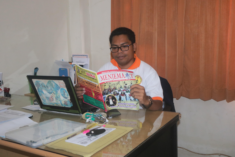 Ketua STP Deli Tua Paulinus Tibo membaca majalah Menjemaat