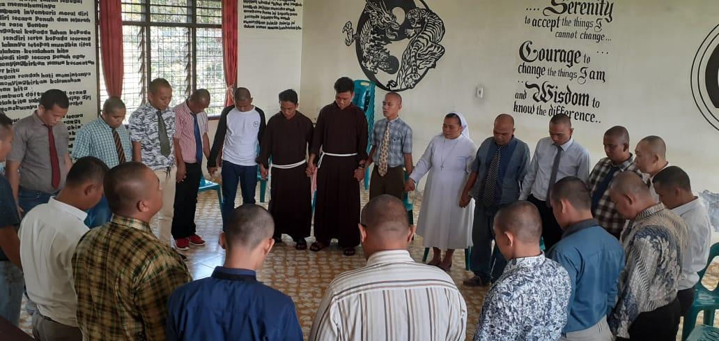 Suster Yovita bersama Frater Kapusin memimpin kegiatan bersama Residen Rumah Kita